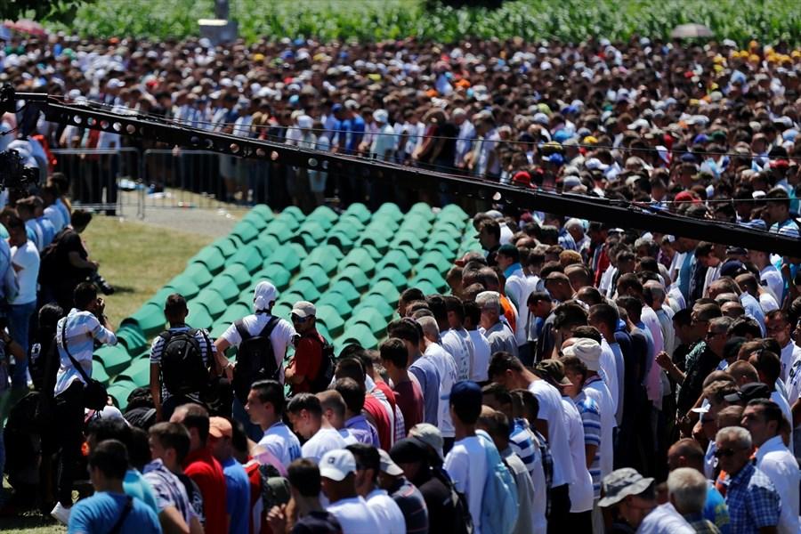 vise-od-10-000-vjernika-klanjalo-dzenaza-namaz-za-127-zrtava-srebrenickog-genocida010-20160711