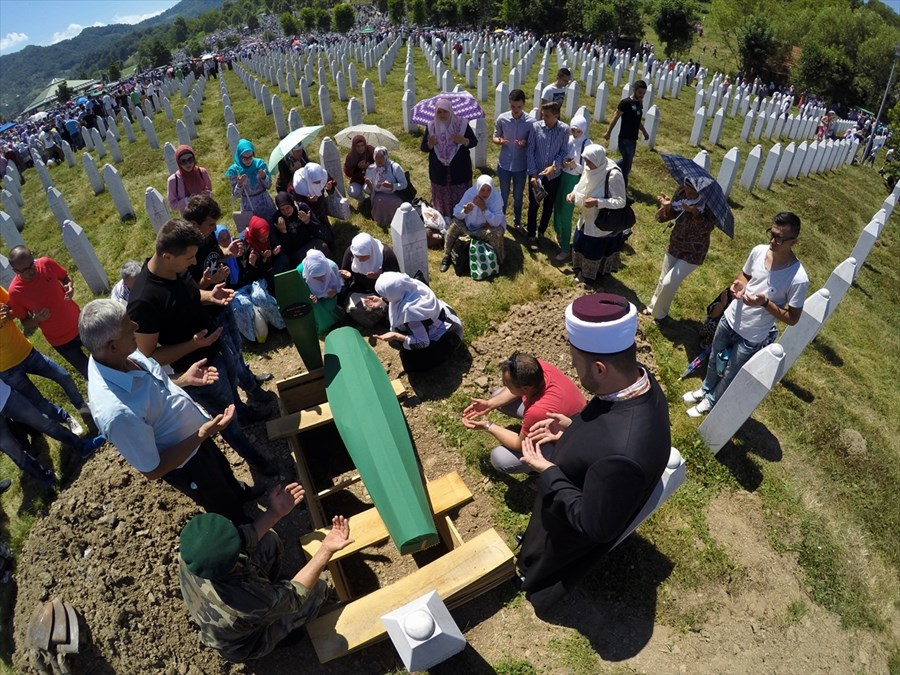 vise-od-10-000-vjernika-klanjalo-dzenaza-namaz-za-127-zrtava-srebrenickog-genocida021-20160711