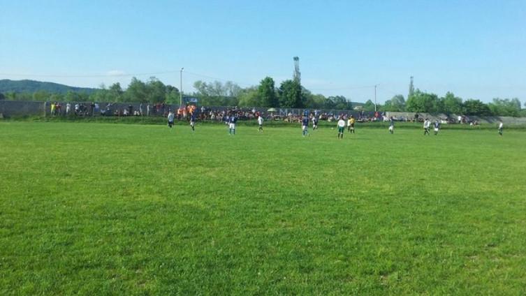 Rezultat slika za Na utakmici u Lukavcu navijač pucao iz pištolja, nogometaši bježali s terena