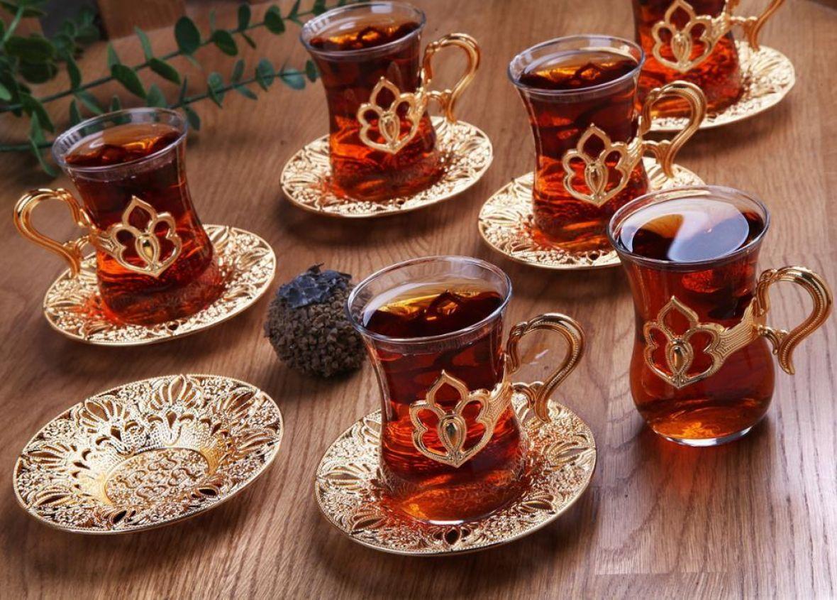 Konobar o kojem se priča: Podigao više od deset šoljica vrućeg čaja u jednoj ruci