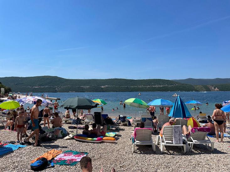 Pogledajte kako je danas u Neumu, plaže pune, stigli turisti iz Srbije