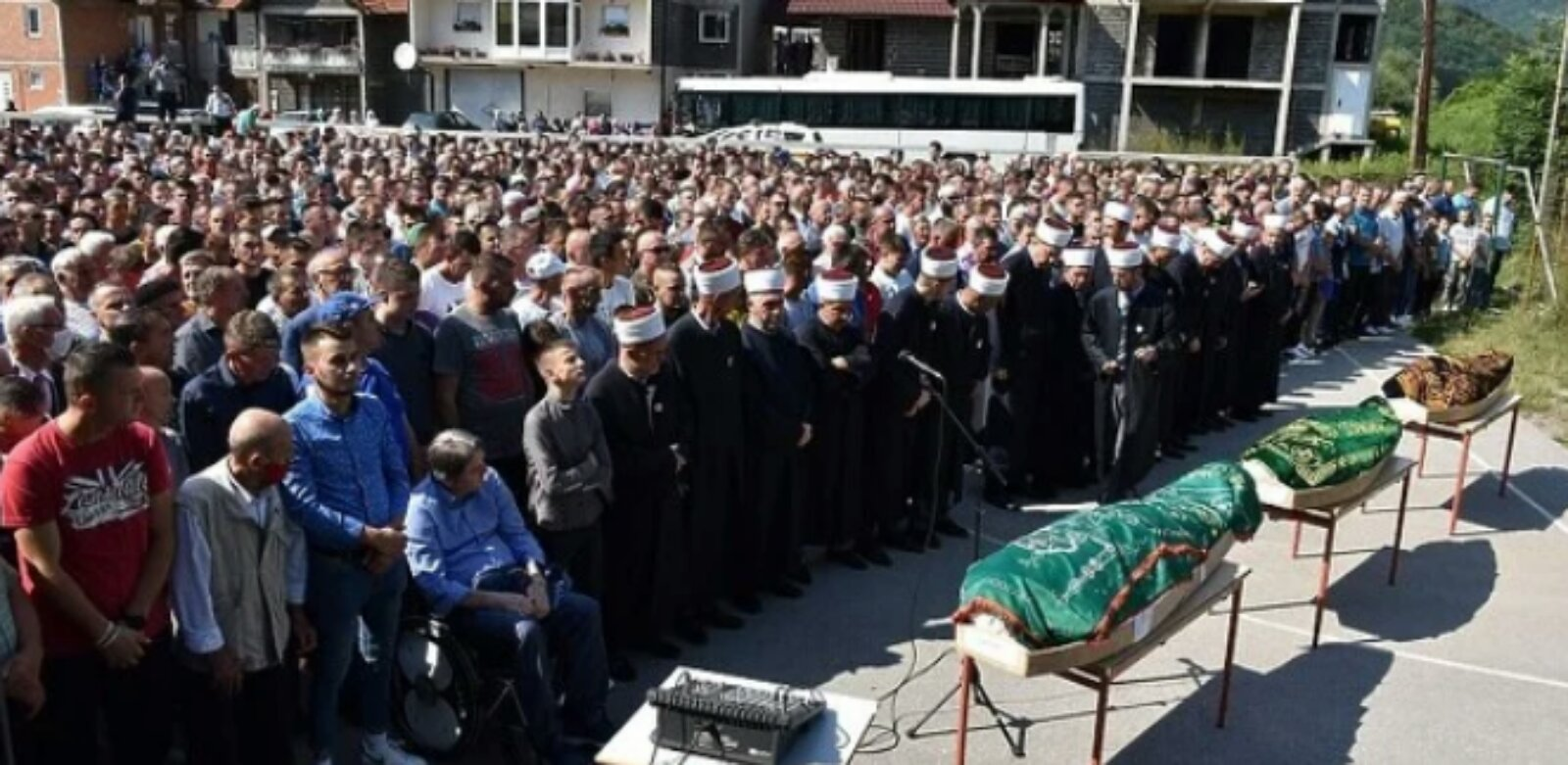 Hiljade ljudi na posljednjem oproštaju od trojice mladića koji su poginuli uoči Bajrama